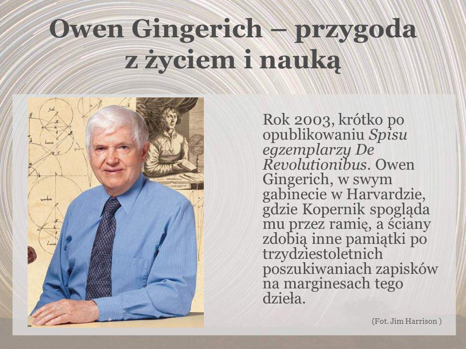 Owen Gingerich – przygoda z życiem i nauką Rok 2003, krótko po opublikowaniu Spisu egzemplarzy De Revolutionibus. Owen Gingerich, w swym gabinecie w H
