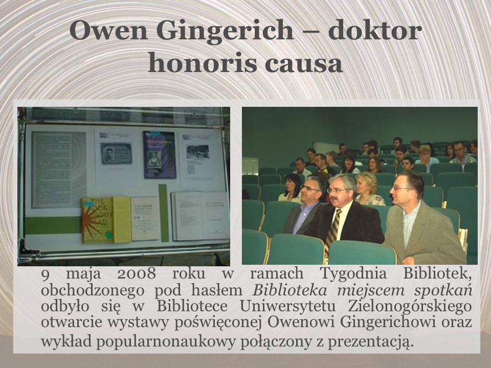 Owen Gingerich – doktor honoris causa 9 maja 2008 roku w ramach Tygodnia Bibliotek, obchodzonego pod hasłem Biblioteka miejscem spotkań odbyło się w B