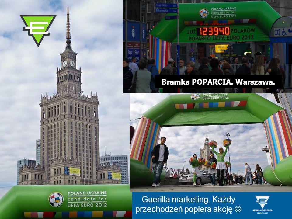 Bramka POPARCIA. Warszawa. Guerilla marketing. Każdy przechodzeń popiera akcję