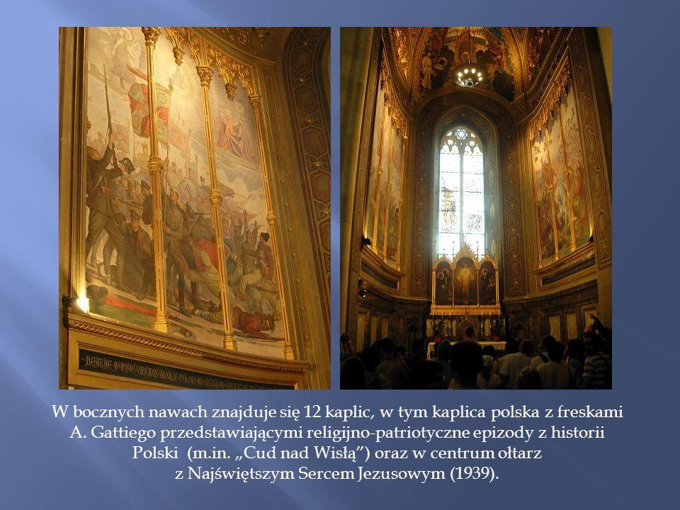 W bocznych nawach znajduje się 12 kaplic, w tym kaplica polska z freskami A.
