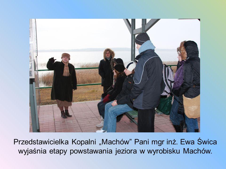 Przedstawicielka Kopalni Machów Pani mgr inż. Ewa Świca wyjaśnia etapy powstawania jeziora w wyrobisku Machów.