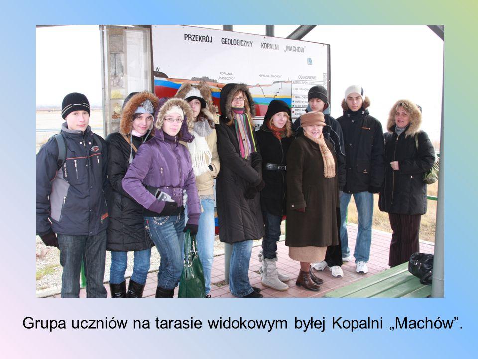 Grupa uczniów na tarasie widokowym byłej Kopalni Machów.