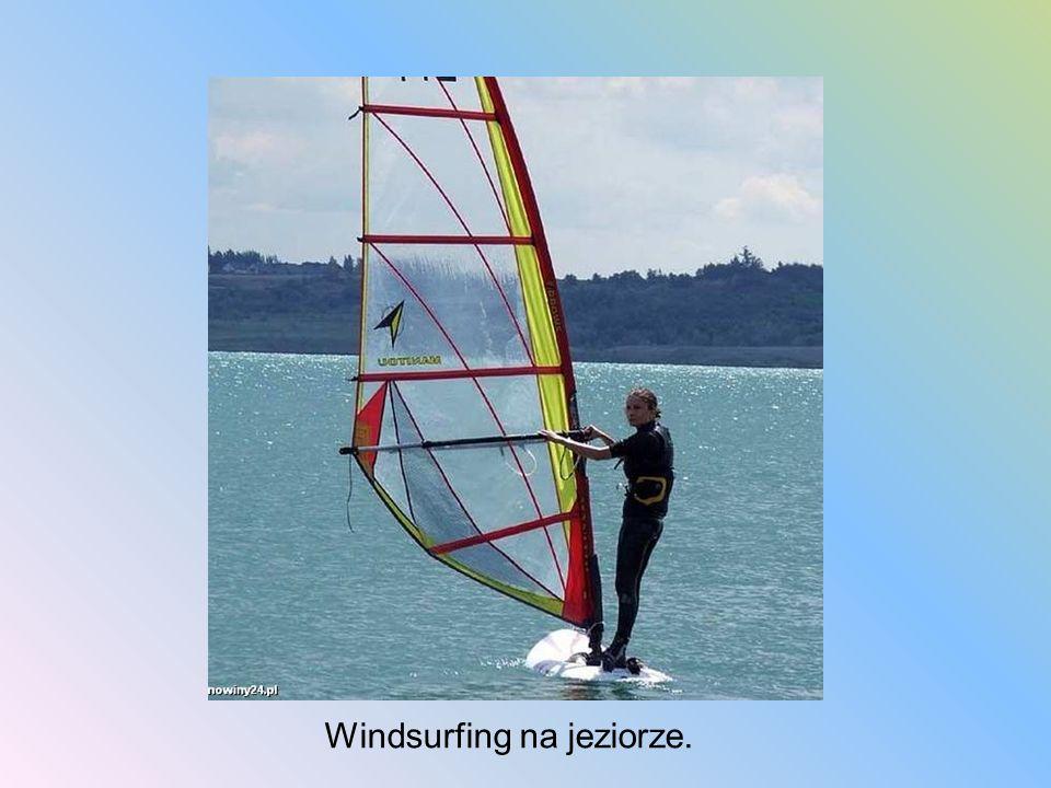 Windsurfing na jeziorze.