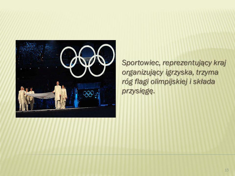Sportowiec, reprezentujący kraj organizujący igrzyska, trzyma róg flagi olimpijskiej i składa przysięgę.