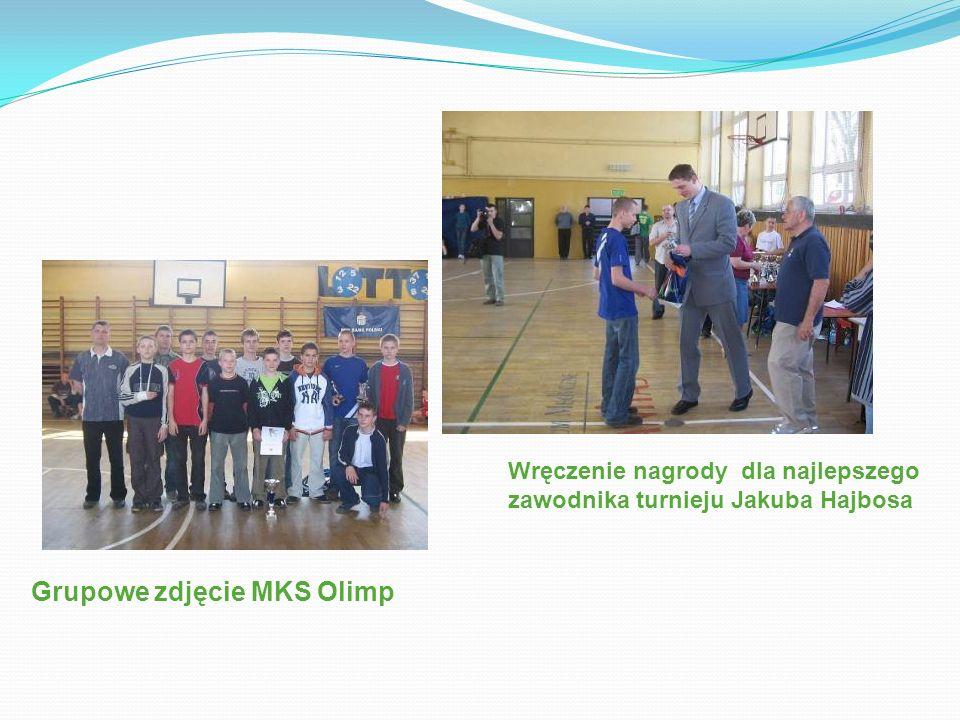 Grupowe zdjęcie MKS Olimp Wręczenie nagrody dla najlepszego zawodnika turnieju Jakuba Hajbosa
