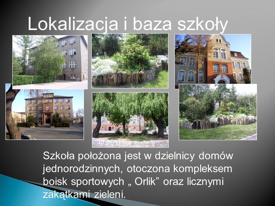 Lokalizacja i baza szkoły Szkoła położona jest w dzielnicy domów jednorodzinnych, otoczona kompleksem boisk sportowych Orlik oraz licznymi zakątkami zieleni.