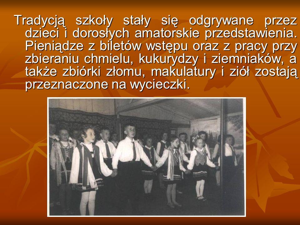 Tradycją szkoły stały się odgrywane przez dzieci i dorosłych amatorskie przedstawienia. Pieniądze z biletów wstępu oraz z pracy przy zbieraniu chmielu