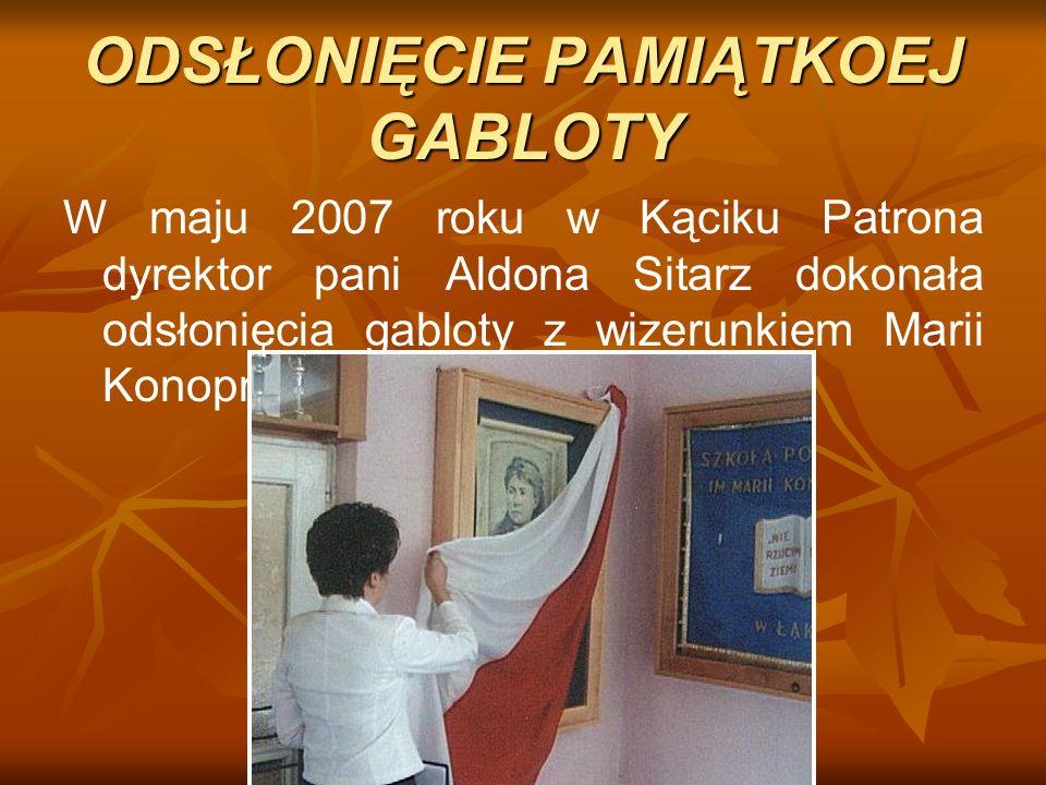 ODSŁONIĘCIE PAMIĄTKOEJ GABLOTY W maju 2007 roku w Kąciku Patrona dyrektor pani Aldona Sitarz dokonała odsłonięcia gabloty z wizerunkiem Marii Konopnic