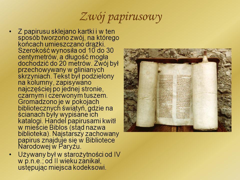 Zwój papirusowy Z papirusu sklejano kartki i w ten sposób tworzono zwój, na którego końcach umieszczano drążki. Szerokość wynosiła od 10 do 30 centyme