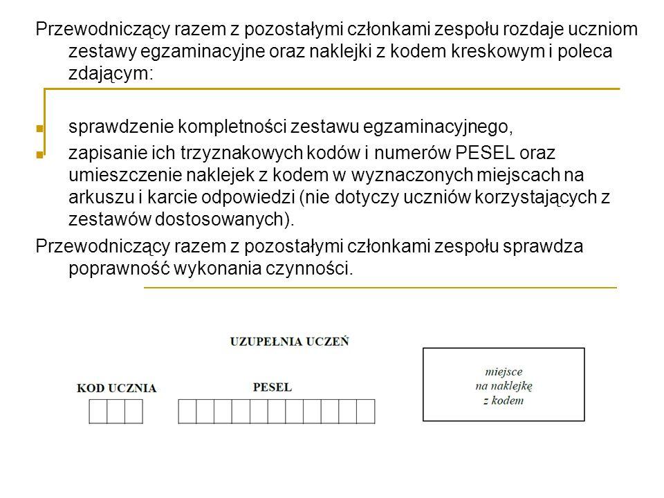 Przewodniczący razem z pozostałymi członkami zespołu rozdaje uczniom zestawy egzaminacyjne oraz naklejki z kodem kreskowym i poleca zdającym: sprawdze