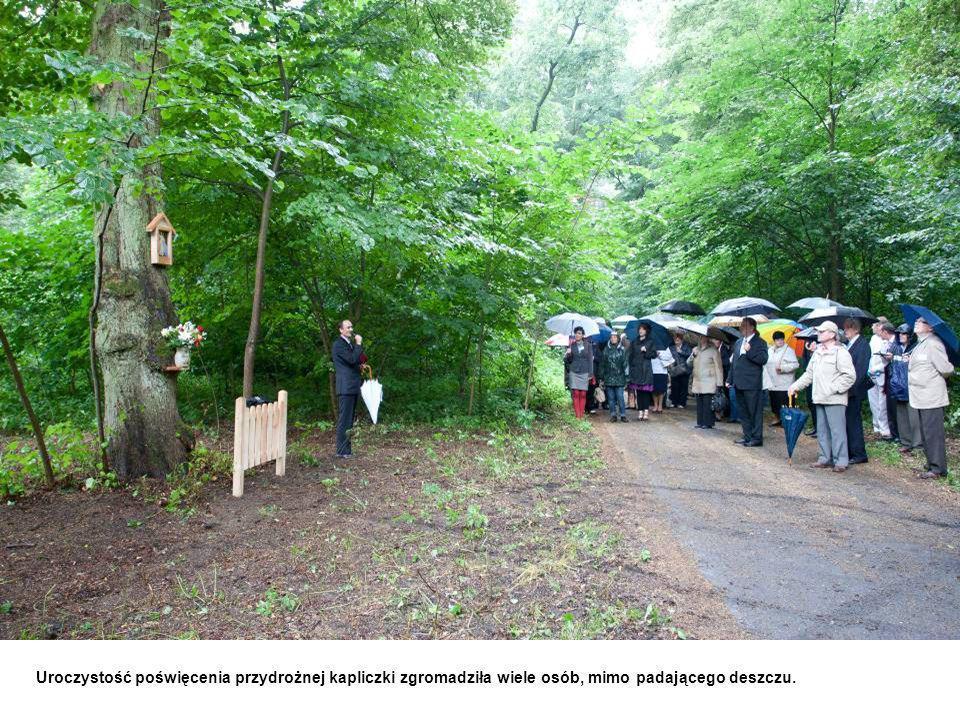 Uroczystość poświęcenia przydrożnej kapliczki zgromadziła wiele osób, mimo padającego deszczu.