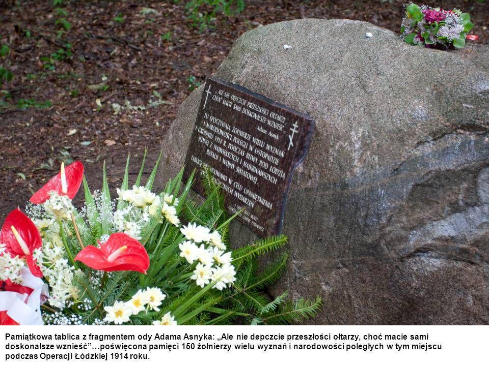 Pamiątkowa tablica z fragmentem ody Adama Asnyka: Ale nie depczcie przeszłości ołtarzy, choć macie sami doskonalsze wznieść…poświęcona pamięci 150 żołnierzy wielu wyznań i narodowości poległych w tym miejscu podczas Operacji Łódzkiej 1914 roku.