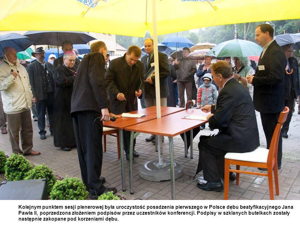 Kolejnym punktem sesji plenerowej była uroczystość posadzenia pierwszego w Polsce dębu beatyfikacyjnego Jana Pawła II, poprzedzona złożeniem podpisów przez uczestników konferencji.