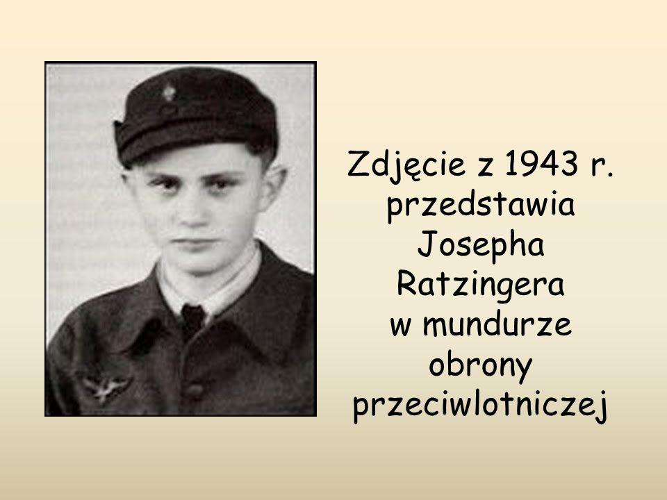 Zdjęcie z 1943 r. przedstawia Josepha Ratzingera w mundurze obrony przeciwlotniczej