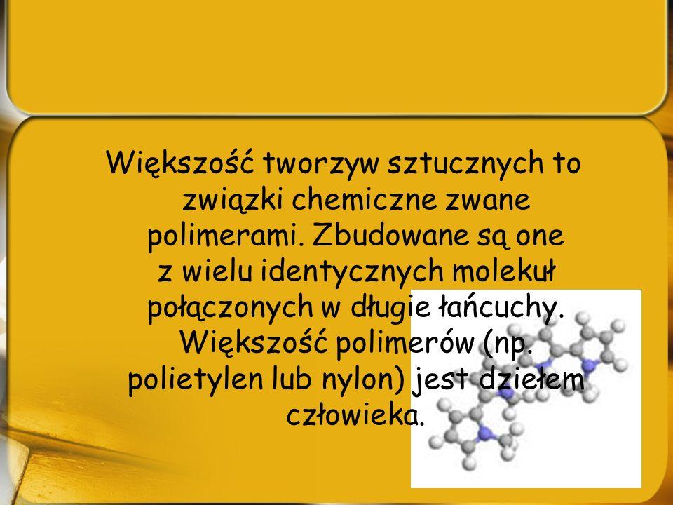Większość tworzyw sztucznych to związki chemiczne zwane polimerami. Zbudowane są one z wielu identycznych molekuł połączonych w długie łańcuchy. Więks