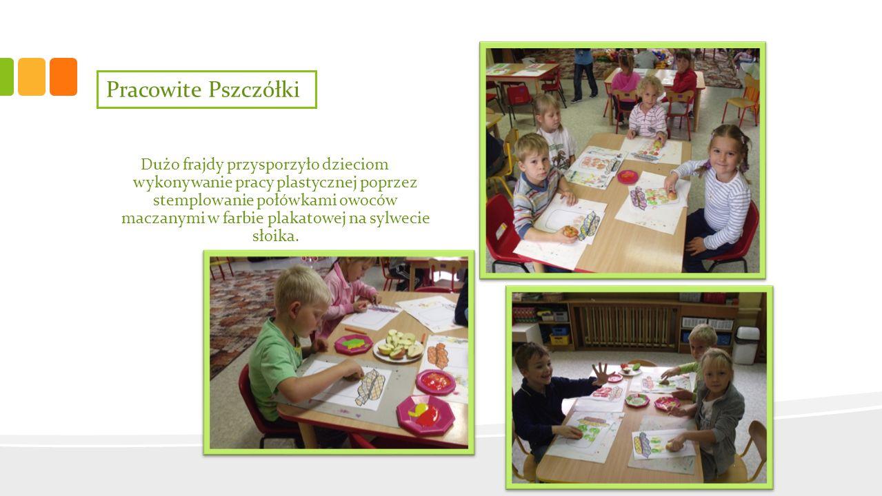 Pracowite Pszczółki Dużo frajdy przysporzyło dzieciom wykonywanie pracy plastycznej poprzez stemplowanie połówkami owoców maczanymi w farbie plakatowe