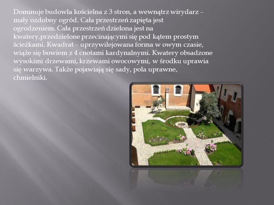Dominuje budowla kościelna z 3 stron, a wewnątrz wirydarz – mały ozdobny ogród. Cała przestrzeń zapięta jest ogrodzeniem. Cała przestrzeń dzielona jes
