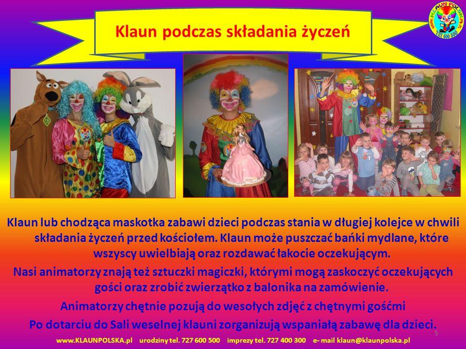 Klaun lub chodząca maskotka zabawi dzieci podczas stania w długiej kolejce w chwili składania życzeń przed kościołem. Klaun może puszczać bańki mydlan