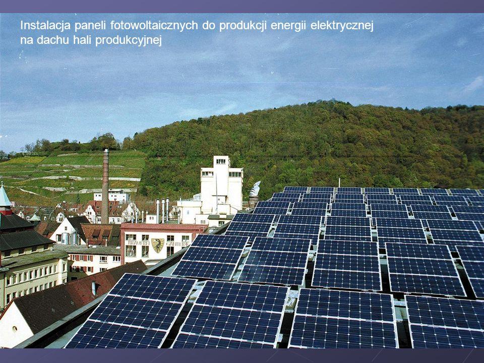 Instalacja paneli fotowoltaicznych do produkcji energii elektrycznej na dachu hali produkcyjnej