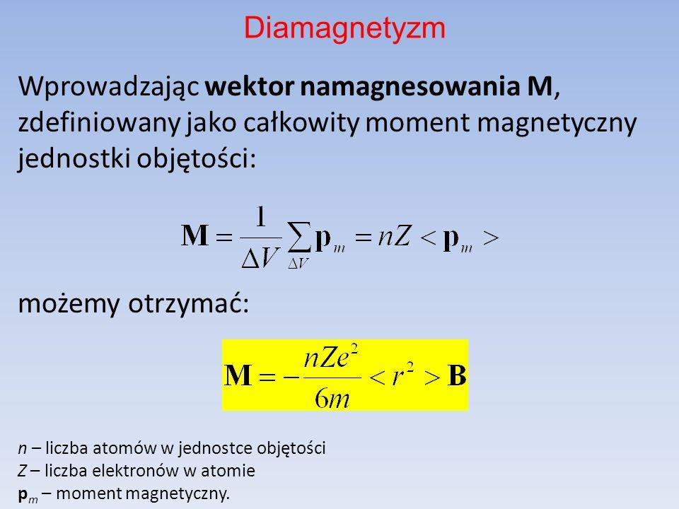 Wprowadzając wektor namagnesowania M, zdefiniowany jako całkowity moment magnetyczny jednostki objętości: możemy otrzymać: n – liczba atomów w jednost