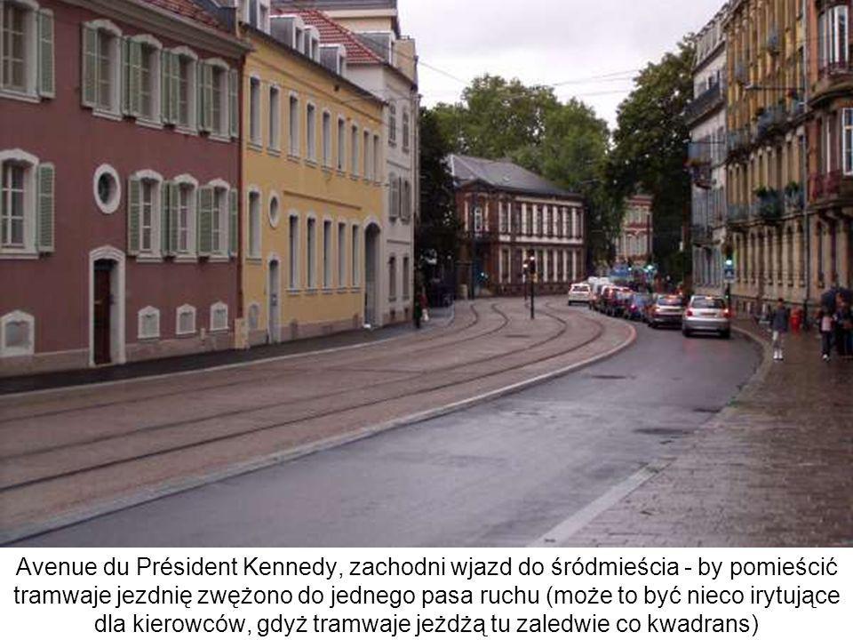 Avenue du Président Kennedy, zachodni wjazd do śródmieścia - by pomieścić tramwaje jezdnię zwężono do jednego pasa ruchu (może to być nieco irytujące