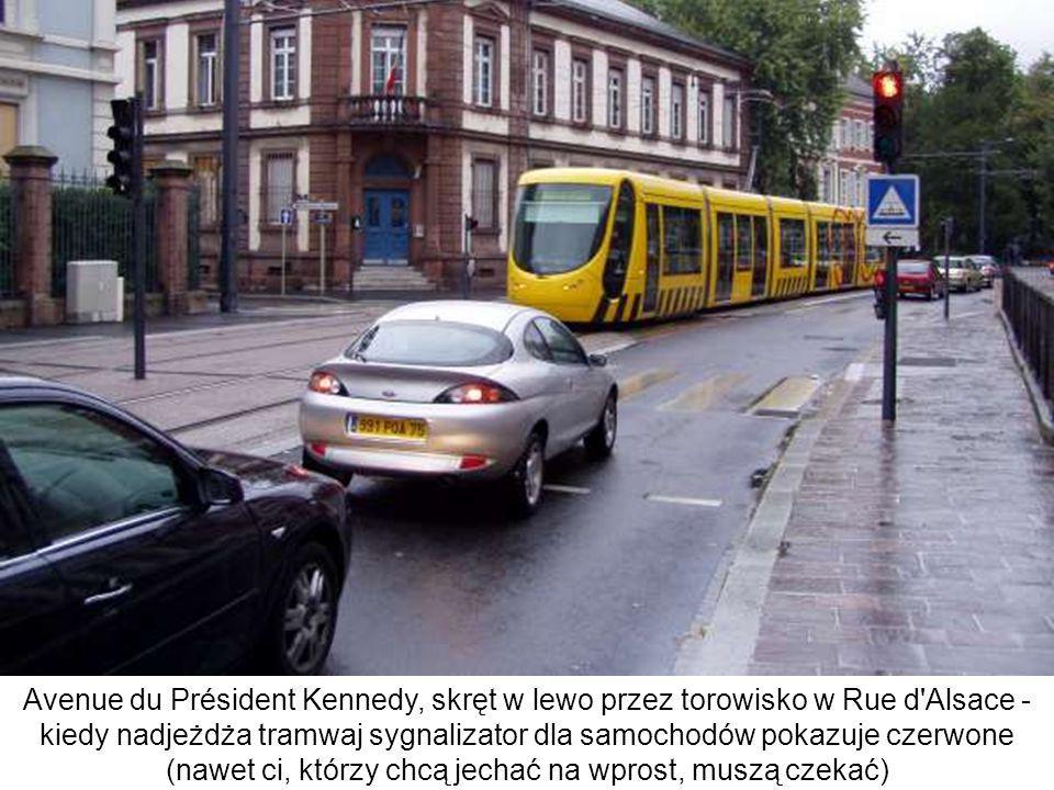 Avenue du Président Kennedy, skręt w lewo przez torowisko w Rue d'Alsace - kiedy nadjeżdża tramwaj sygnalizator dla samochodów pokazuje czerwone (nawe