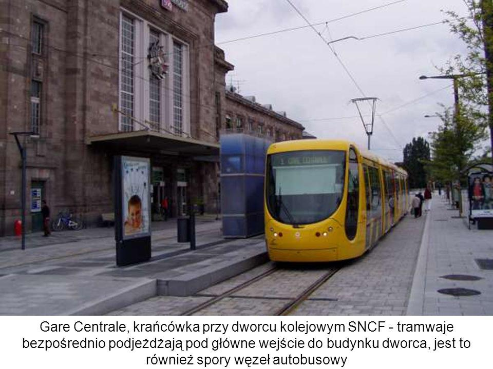 Przystanek Nations na zachodnich przedmieściach - typowy zestaw urządzeń nie różni się zasadniczo od innych systemów francuskich, z wyjątkiem samego designu (zawsze charakterystycznego dla danego miasta); nie ma oficjalnej tarczy przystanku tramwajowego - forma architektoniczna ma go anonsować