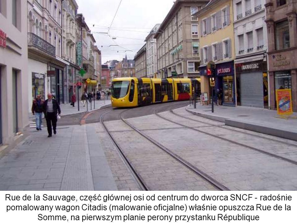 Rue de la Sauvage, część głównej osi od centrum do dworca SNCF - radośnie pomalowany wagon Citadis (malowanie oficjalne) właśnie opuszcza Rue de la So