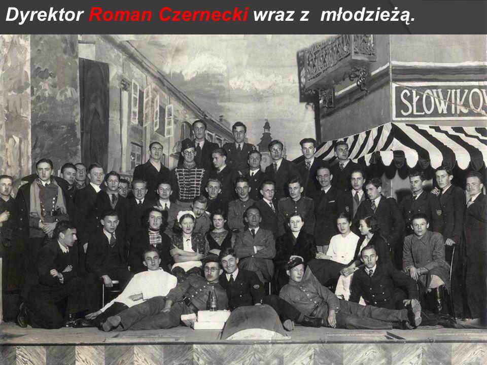 Dyrektor Roman Czernecki wraz z młodzieżą.