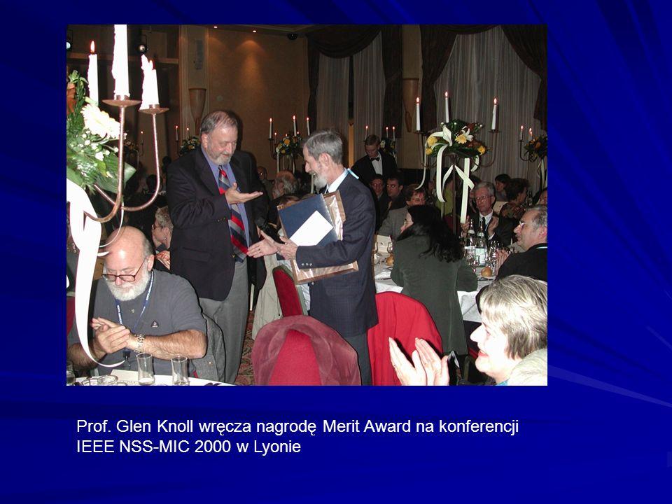 Prof. Glen Knoll wręcza nagrodę Merit Award na konferencji IEEE NSS-MIC 2000 w Lyonie