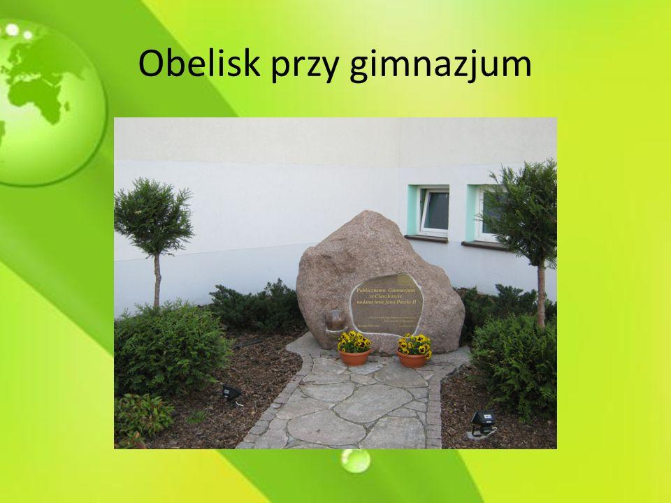 Obelisk przy gimnazjum