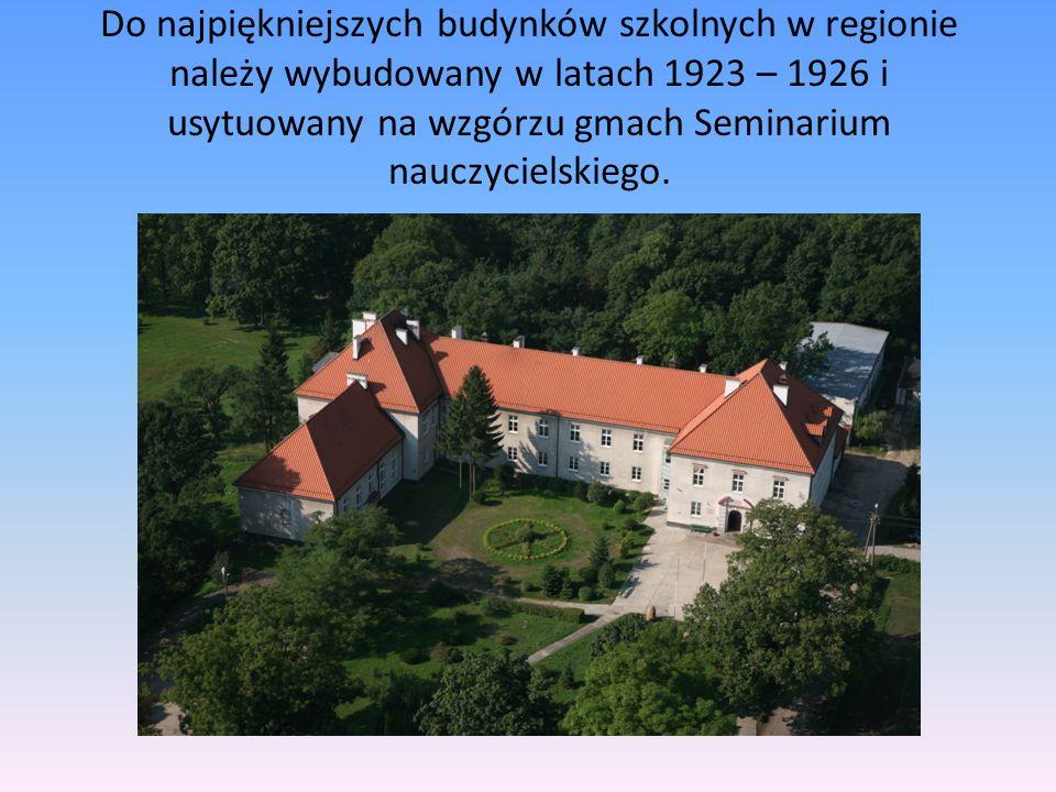 Do najpiękniejszych budynków szkolnych w regionie należy wybudowany w latach 1923 – 1926 i usytuowany na wzgórzu gmach Seminarium nauczycielskiego.