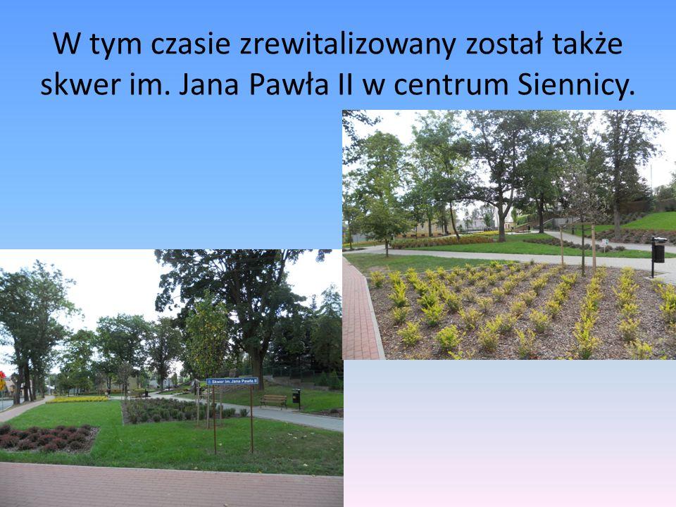W tym czasie zrewitalizowany został także skwer im. Jana Pawła II w centrum Siennicy.