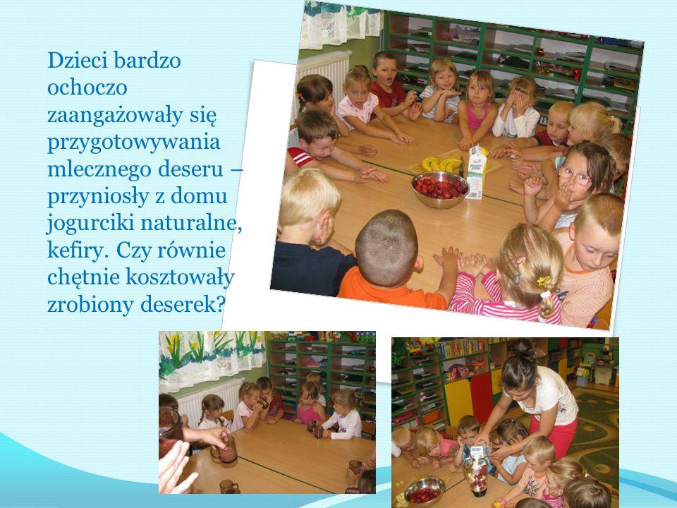 Dzieci bardzo ochoczo zaangażowały się przygotowywania mlecznego deseru – przyniosły z domu jogurciki naturalne, kefiry. Czy równie chętnie kosztowały