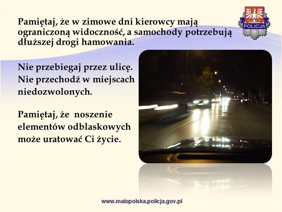 Pamiętaj, że w zimowe dni kierowcy mają ograniczoną widoczność, a samochody potrzebują dłuższej drogi hamowania. Nie przebiegaj przez ulicę. Nie przec