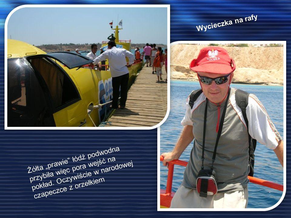 Wycieczka na rafy Żółta prawie łódź podwodna przybiła więc pora wejść na pokład. Oczywiście w narodowej czapeczce z orzełkiem