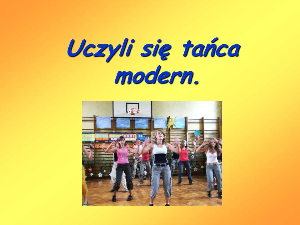 Uczyli się tańca modern.