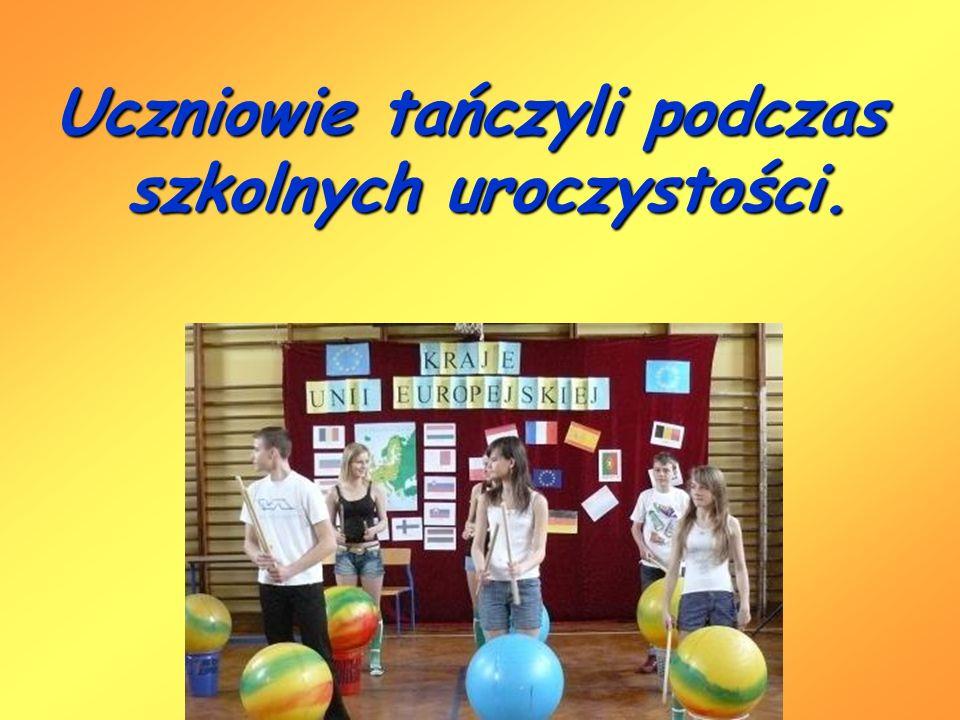 Uczniowie tańczyli podczas szkolnych uroczystości.