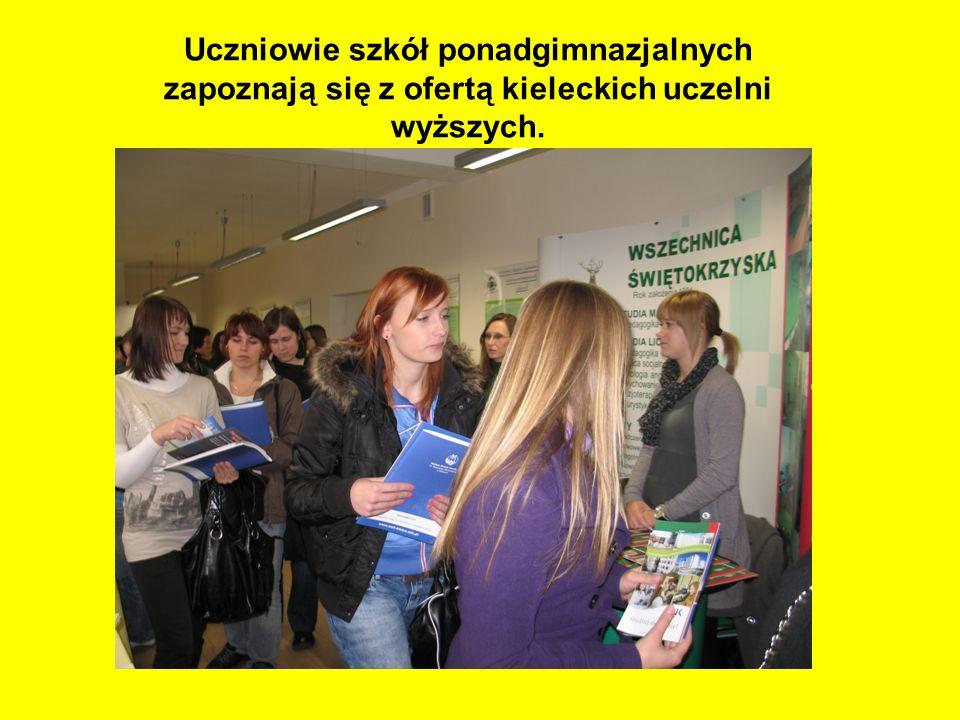 Uczniowie szkół ponadgimnazjalnych zapoznają się z ofertą kieleckich uczelni wyższych.