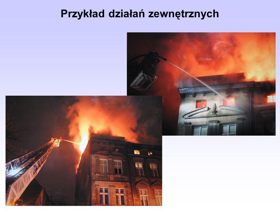 ważna jest obserwacja środowiska pożaru, w tym konstrukcji budowlanych; reagować trzeba na wszelkie sygnały o występujących zmianach, należy usunąć ze strefy zagrożenia materiały pożarowo niebezpieczne lub podjąć ich obronę, gaszenie substancji w ciągach technologicznych powinno nastąpić po wyeliminowaniu jej dopływu, blokujemy miejsca możliwego rozprzestrzeniania się pożaru, zapobiec trzeba rozpływaniu się płynnej i palącej się masy, także przedostawaniu się jej do kanalizacji, bezwzględnie należy zwrócić uwagę na bezpieczeństwo ludzi.