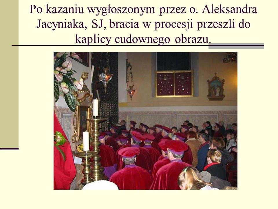 Po kazaniu wygłoszonym przez o. Aleksandra Jacyniaka, SJ, bracia w procesji przeszli do kaplicy cudownego obrazu.