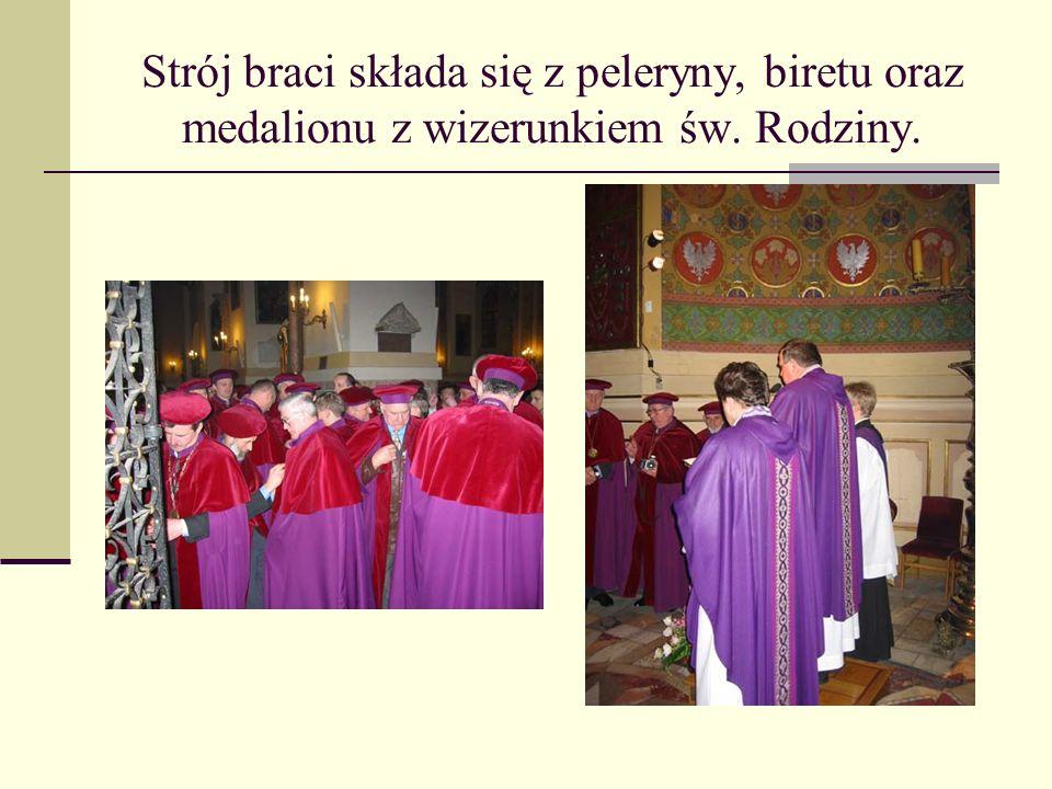 Strój braci składa się z peleryny, biretu oraz medalionu z wizerunkiem św. Rodziny.