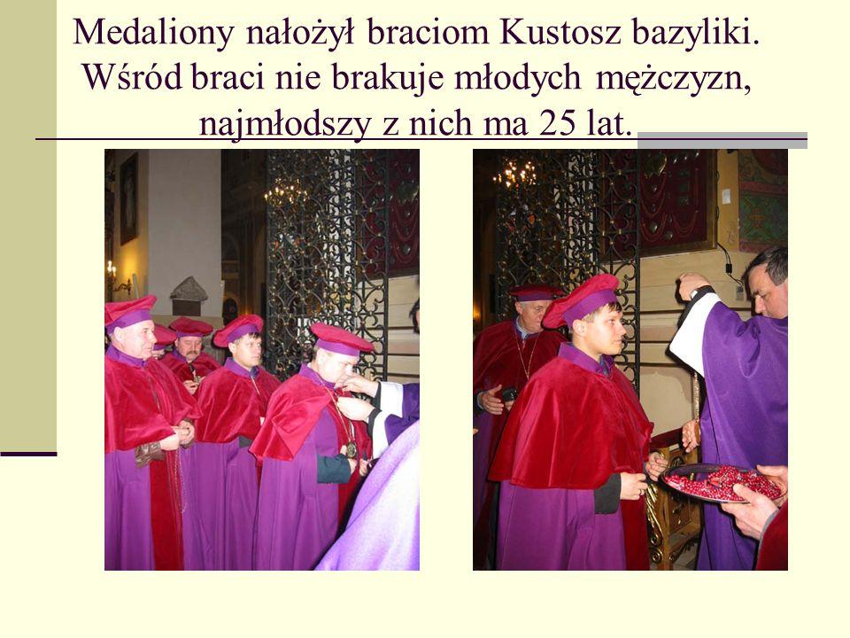 Medaliony nałożył braciom Kustosz bazyliki. Wśród braci nie brakuje młodych mężczyzn, najmłodszy z nich ma 25 lat.