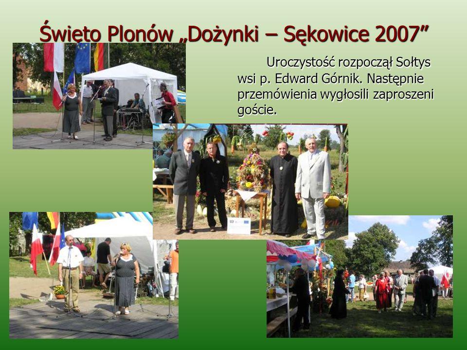 Święto Plonów Dożynki – Sękowice 2007 Pod namiotem zakupionym w ramach projektu zebrano wszystkich szanownych gości oraz najstarszych mieszkańców wsi, gdzie poczęstowano przysmakami przygotowanymi przez Gospodynie ze wsi Sękowice.