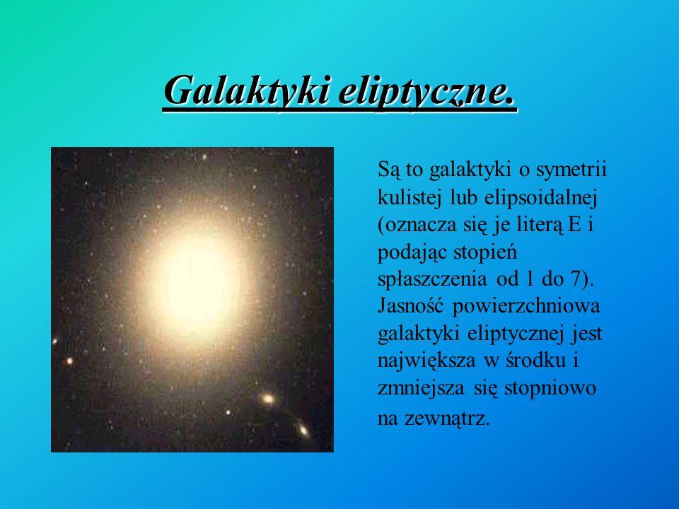 Galaktyki eliptyczne. Są to galaktyki o symetrii kulistej lub elipsoidalnej (oznacza się je literą E i podając stopień spłaszczenia od 1 do 7). Jasnoś