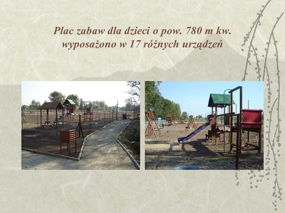 Plac zabaw dla dzieci o pow. 780 m kw. wyposażono w 17 różnych urządzeń