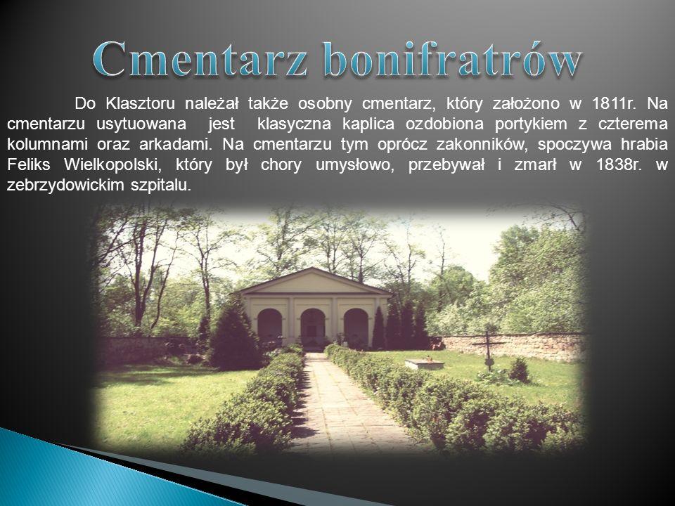 Do Klasztoru należał także osobny cmentarz, który założono w 1811r. Na cmentarzu usytuowana jest klasyczna kaplica ozdobiona portykiem z czterema kolu