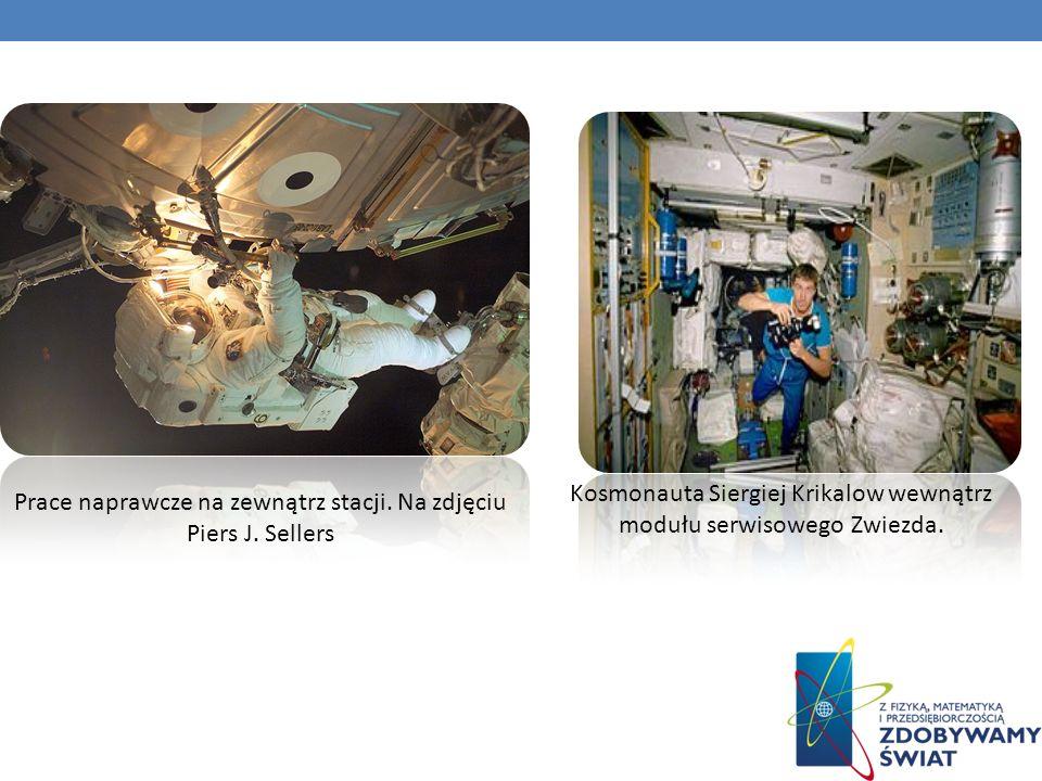 Prace naprawcze na zewnątrz stacji. Na zdjęciu Piers J. Sellers Kosmonauta Siergiej Krikalow wewnątrz modułu serwisowego Zwiezda.
