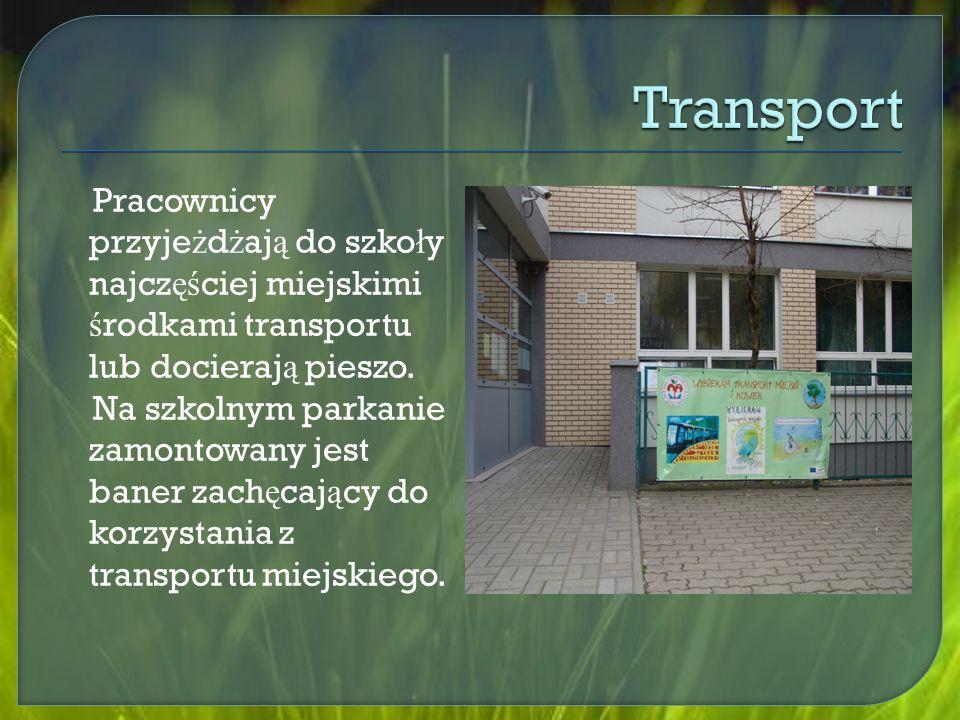 Pracownicy przyje ż d ż aj ą do szko ł y najcz ęś ciej miejskimi ś rodkami transportu lub docieraj ą pieszo.