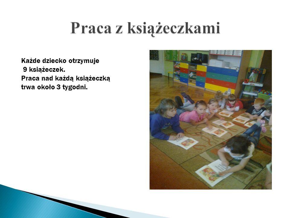 Każde dziecko otrzymuje 9 książeczek. Praca nad każdą książeczką trwa około 3 tygodni.